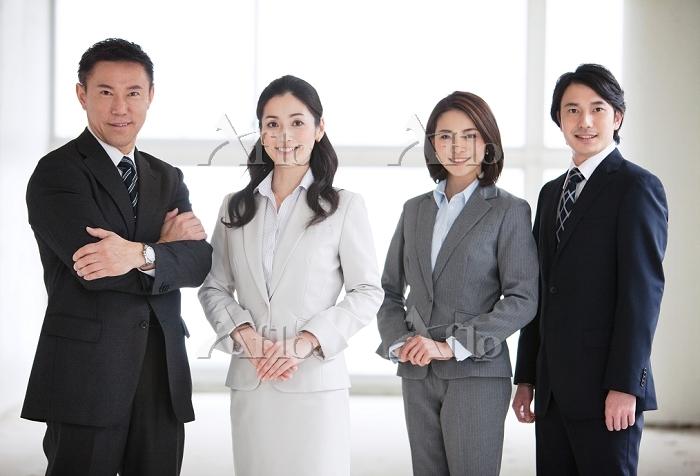 スーツの日本人ビジネスチーム