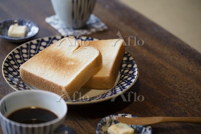 ちゃぶ台の上にトースト