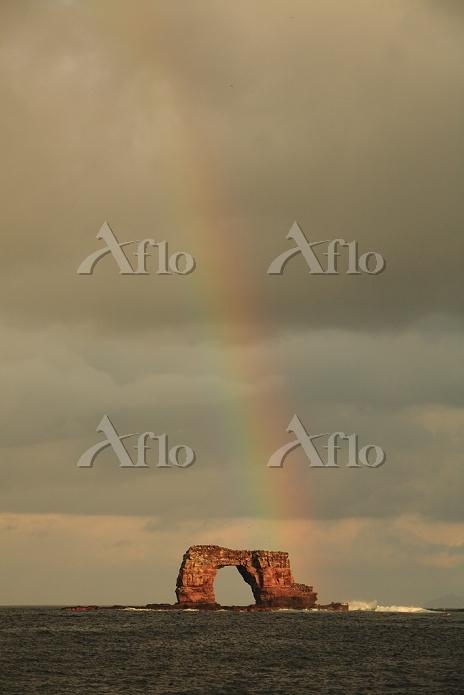 エクアドル ダーウィンアーチに架かる虹