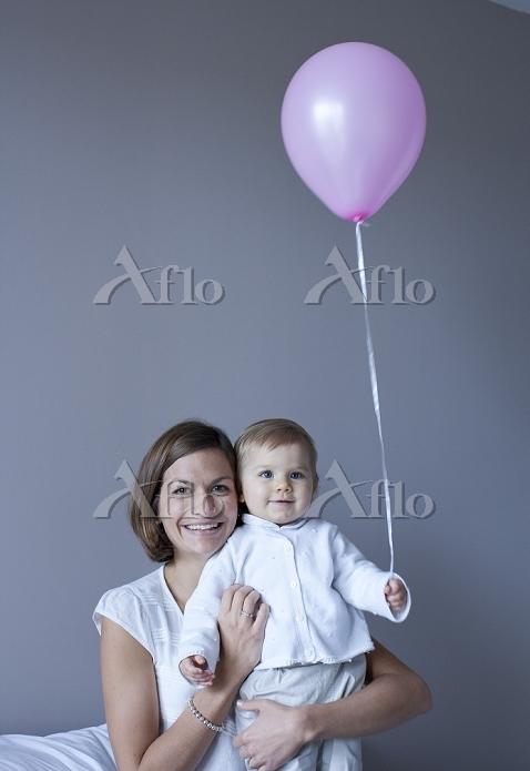 外国人の子供を抱く母親