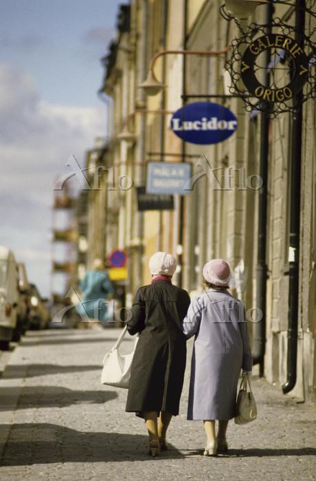 Two elderly ladies taking a wa・・・