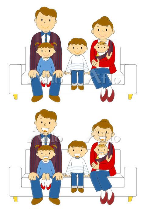 ソファーに座るデニムの五人日本人家族 笑顔と微笑んでいる表情・・・