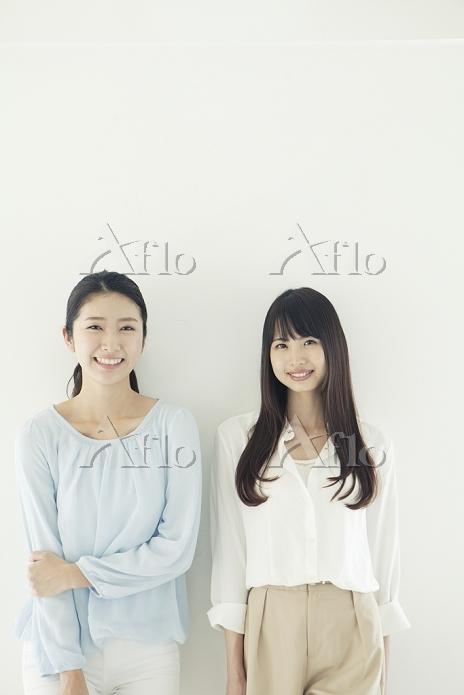 仲良く並んで微笑む20代日本人女性
