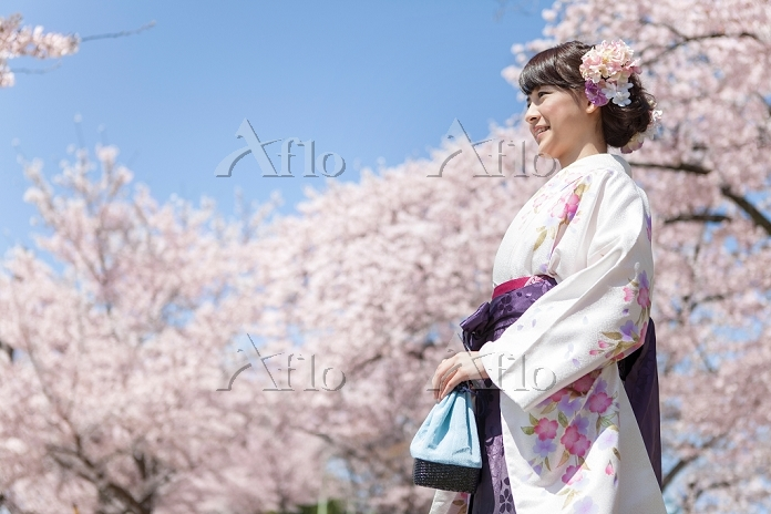 桜と袴の女子大生