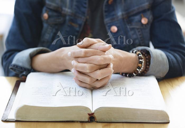 A mature woman praying, after ・・・