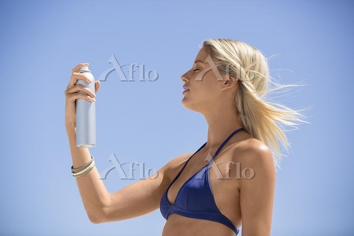 夏の日差しを浴びる女性