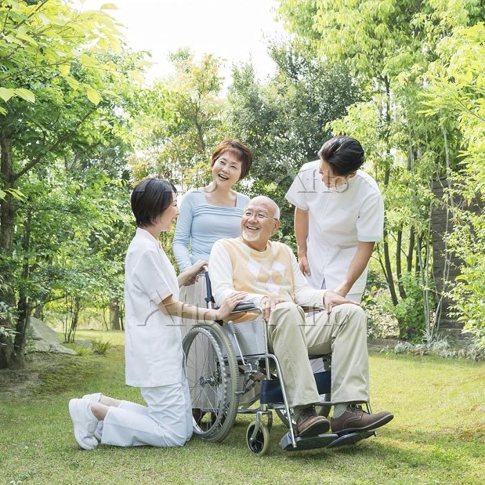 日本人の介護士とシニア夫婦