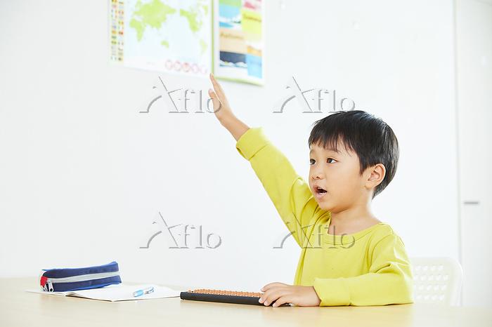 そろばんを習う日本人の男の子