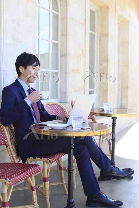 カフェで仕事をする日本人ビジネスマン