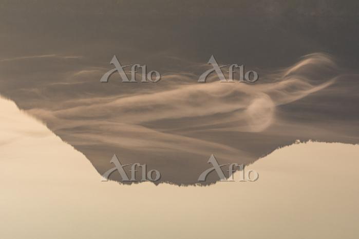 北海道 湖面を漂う霧と朝の摩周湖