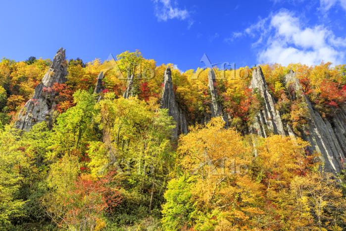 北海道 紅葉した天人峡の七福岩