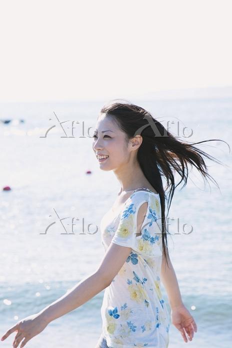 海辺にいる日本人女性