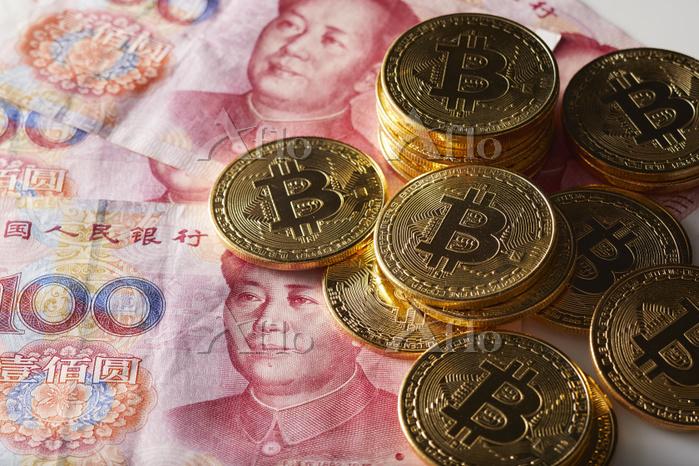 100元紙幣とビットコイン
