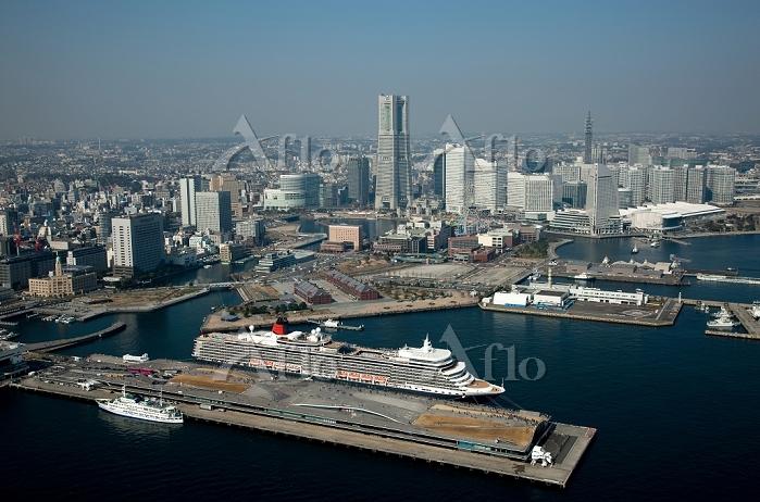 神奈川県 豪華客船クイーン・エリザベスと横浜大桟橋とみなとみ・・・