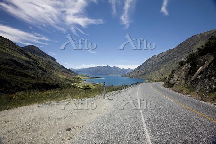 山間の道路と湖