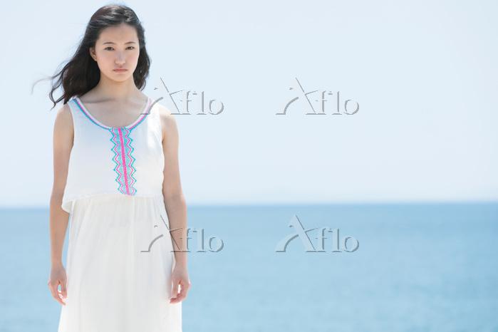 海辺に佇む日本人女性