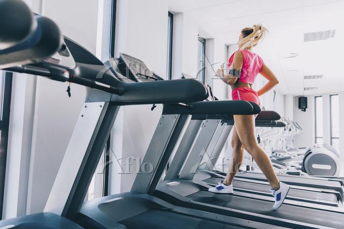 スポーツジムで走る女性