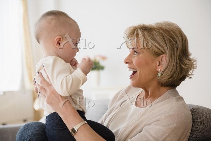 赤ちゃんとおばあちゃん