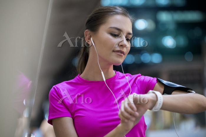 音楽を聴いて運動する外国人
