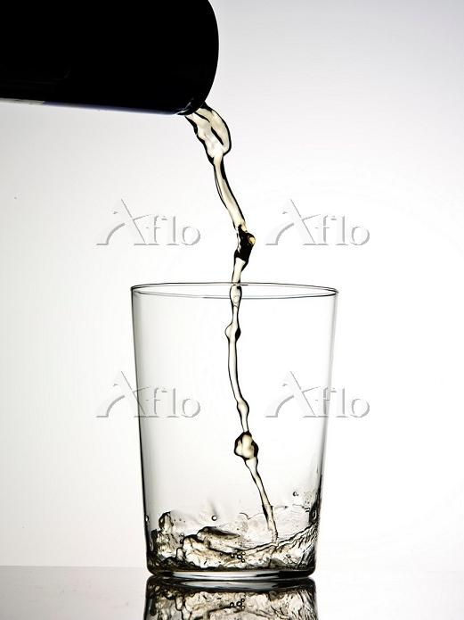 グラスに注ぐ液体