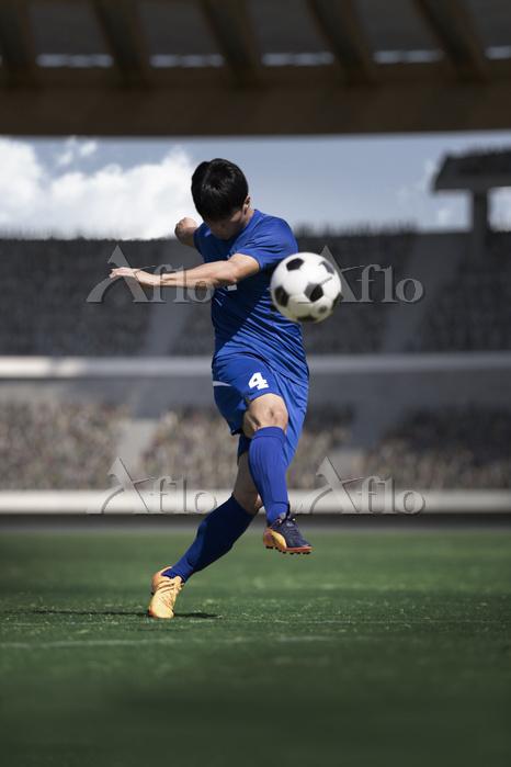 シュートを打つサッカー選手