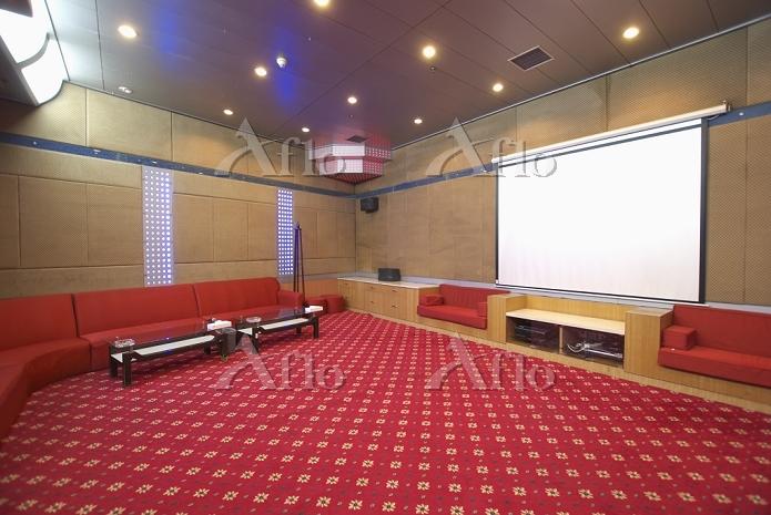 A large room, with minimal sea・・・