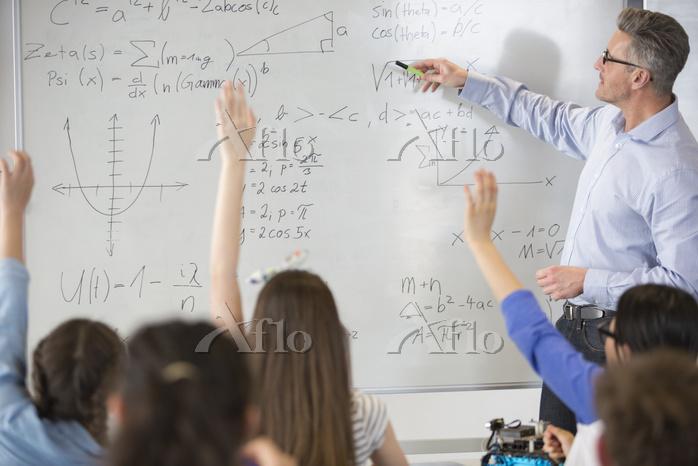 Male teacher leading physics l・・・