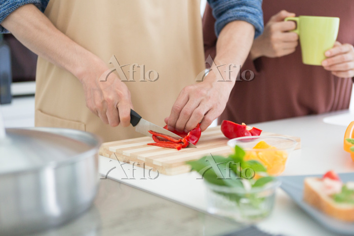 キッチンにいる男女
