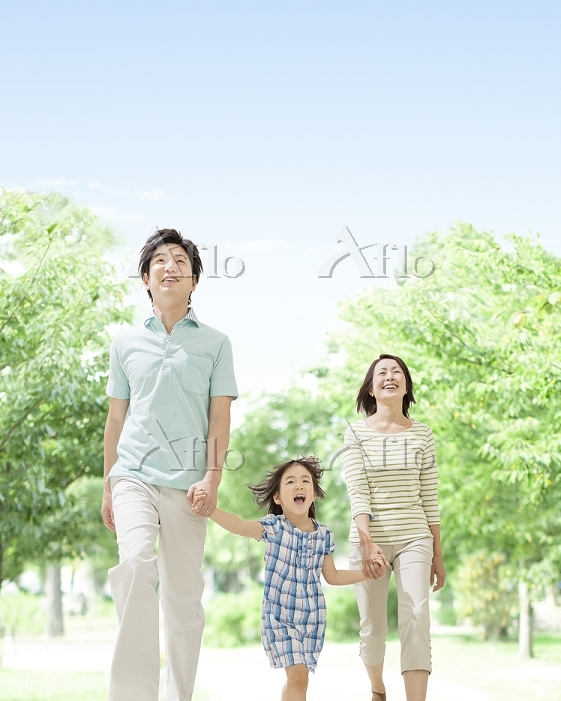 手を繋いで歩く日本人親子