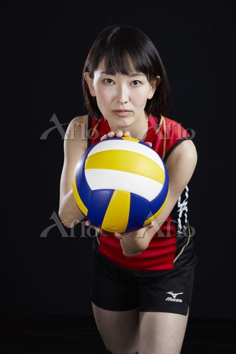 サーブを構える女子バレーボール選手