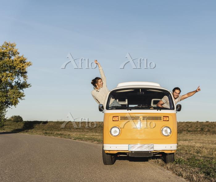 happy couple waving and cheeri・・・