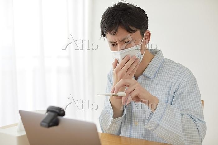 オンライン診療を受ける日本人男性