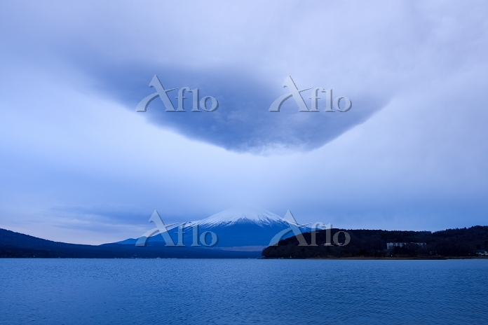 薄暮の頃の山中湖と富士山