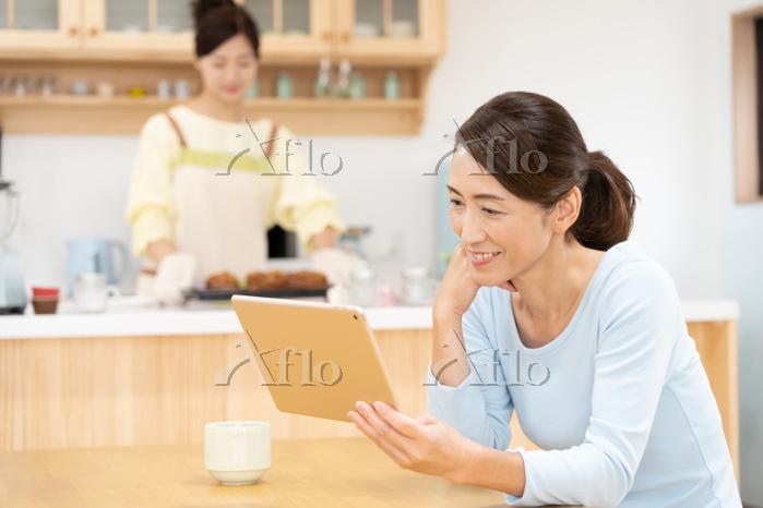 iPadを操作するする中年日本人女性