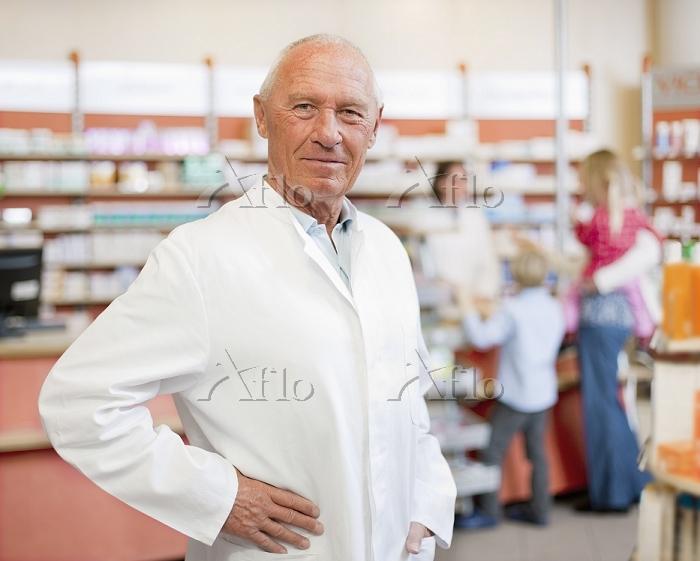 Smiling pharmacist standing in・・・