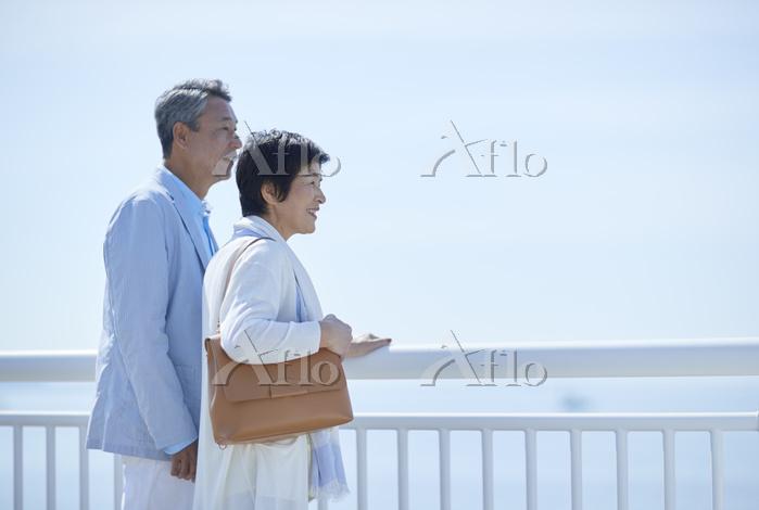 海を眺めるシニアカップル