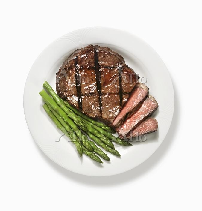 ステーキとアスパラガス