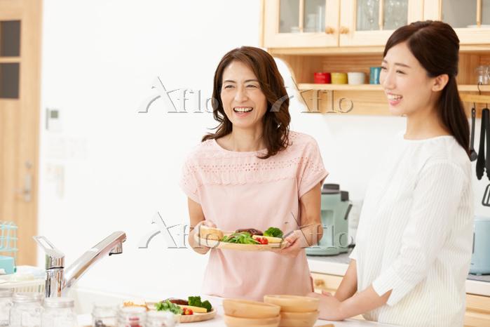 キッチンに立つ母娘