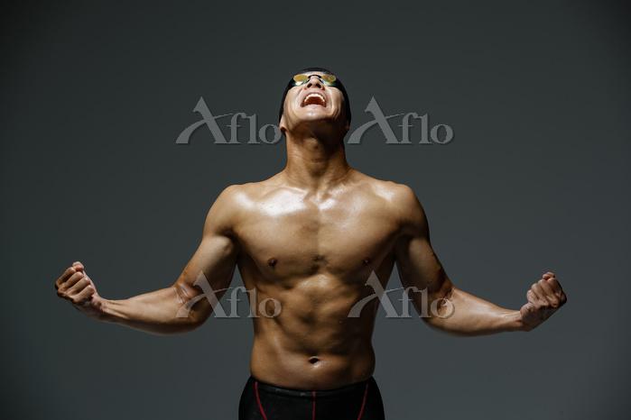 喜ぶ水泳選手