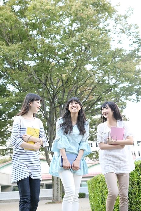 キャンパスを歩く女学生