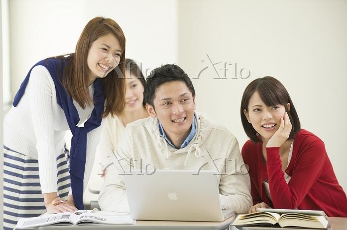 講義室で自習する大学生男女