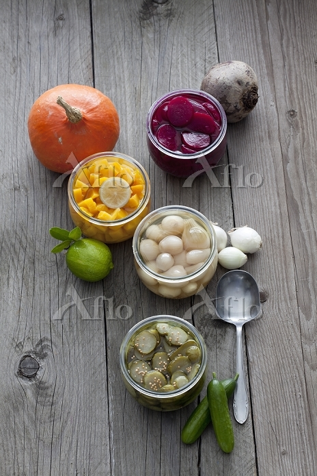 Preserving jars of different p・・・