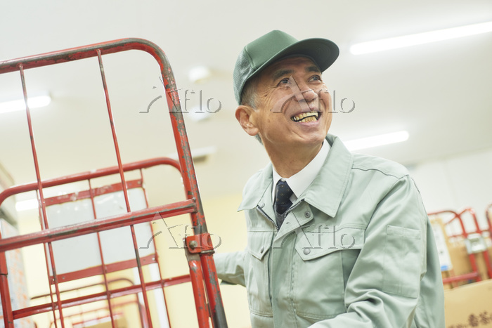 スーパーでマネージャーとして働くシニアの日本人男性(在庫管理・・・