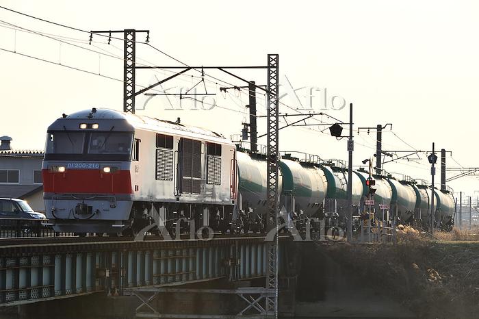 愛知県 関西本線 鉄橋を渡るDF200牽引貨物列車