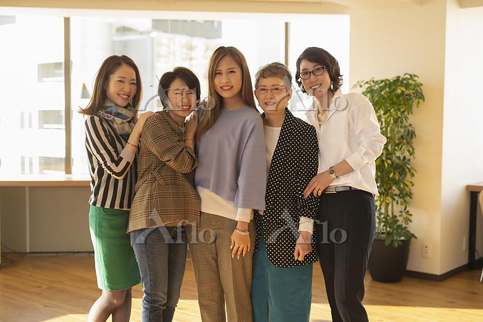 異なる世代の女性5人のポートレート