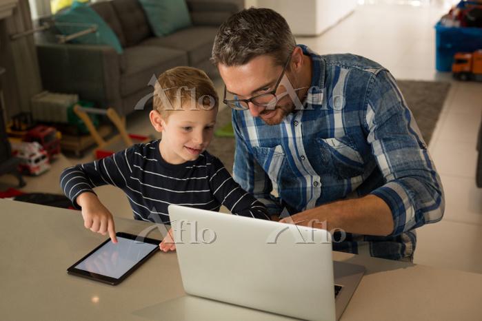 パソコンとタブレットを使う親子