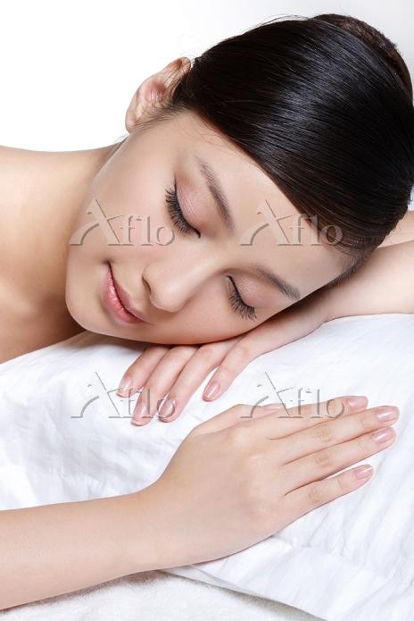 気持ちよく眠る美しい女性
