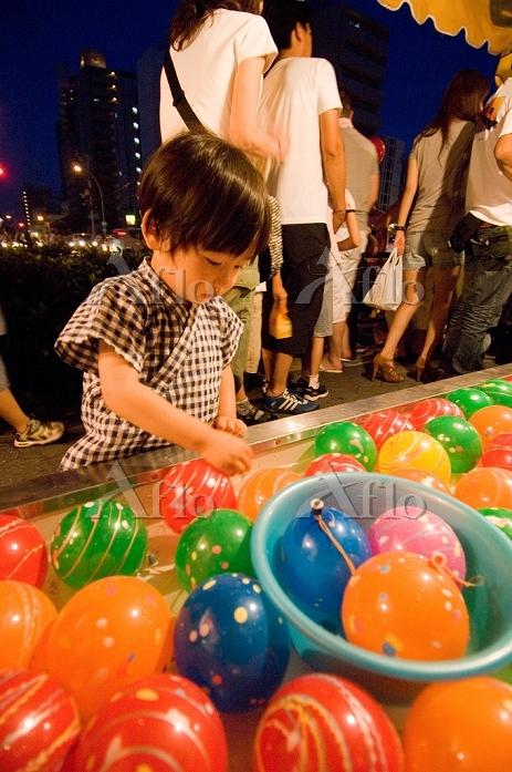 夏祭りの日本人の子供