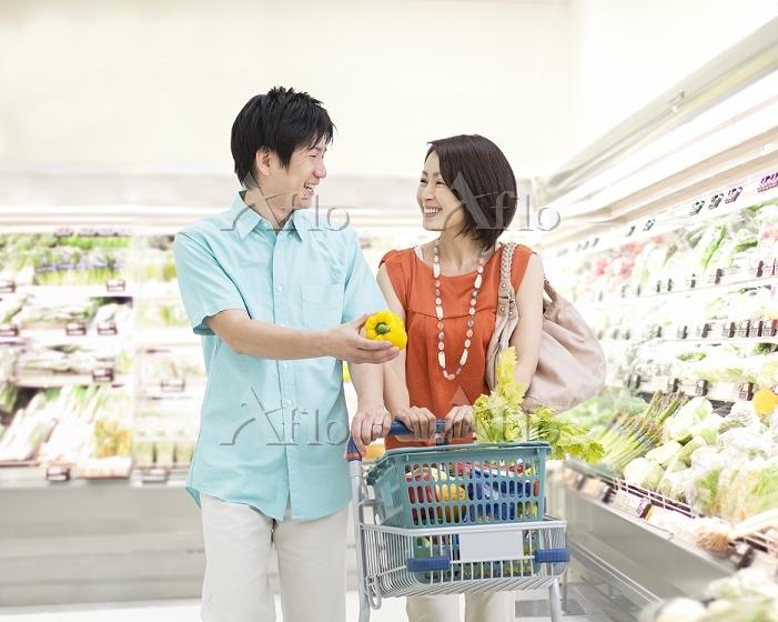 買い物する日本人夫婦