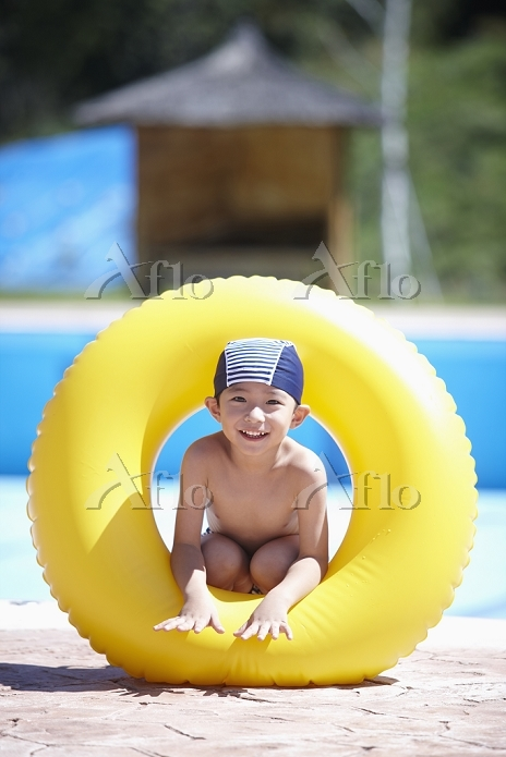 boy in swimming suit playing w・・・